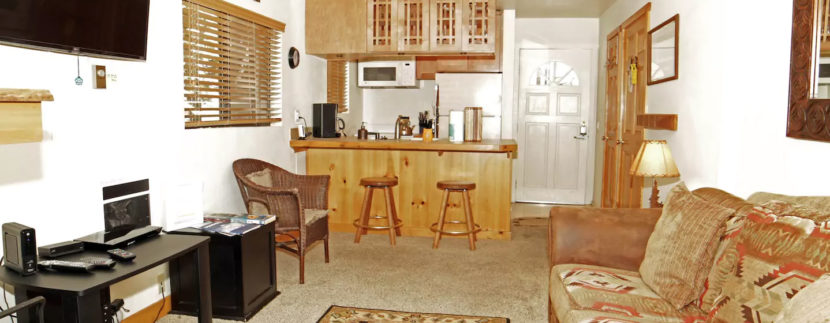 Walk to The Village! Cute 1 Bdrm, 2 Cars & Jacuzzi